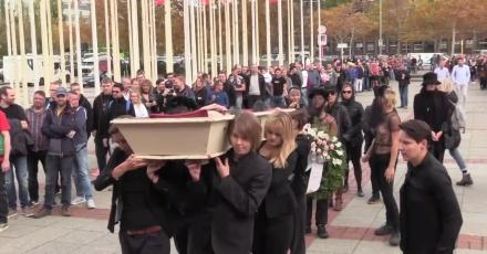 """""""Branża seksualna zabija"""". Aktywistki FEMEN zainscenizowały pogrzeb przed targami erotycznymi w Berlinie"""